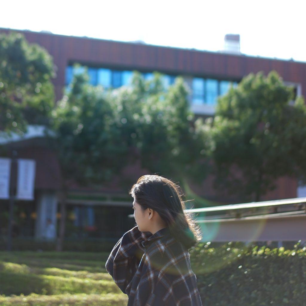 大学で佇む少女