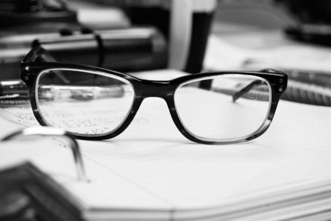 ノートの上に置かれたメガネ
