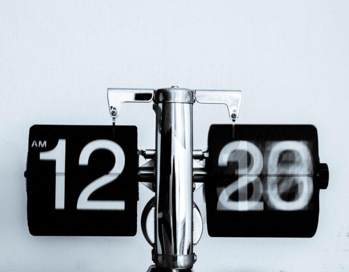 12時30分を示す時計