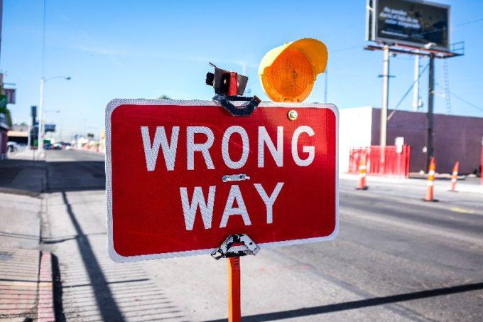 道が間違っていることを知らせる掲示板