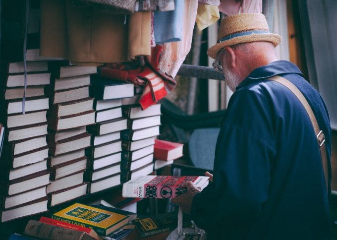 本を持っている男性