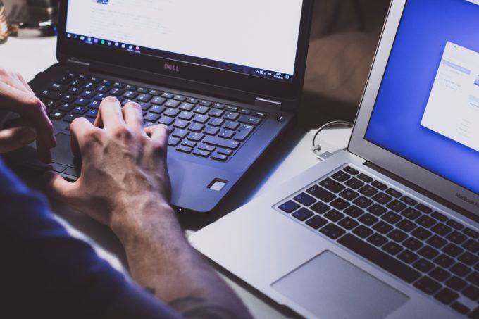 黒のパソコンを操作する人